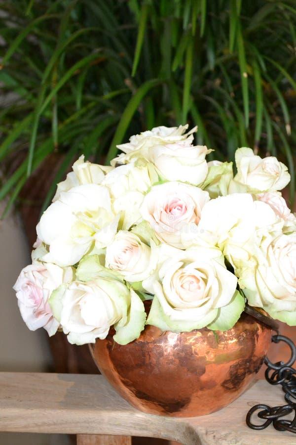 Weiße Eisbergrosen in einem Vase lizenzfreies stockbild