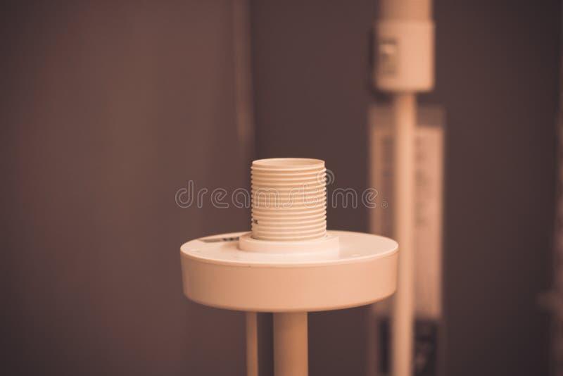 Weiße elektrische Plastikpatrone für Glühlampe auf dunklem Hintergrund stockfotografie