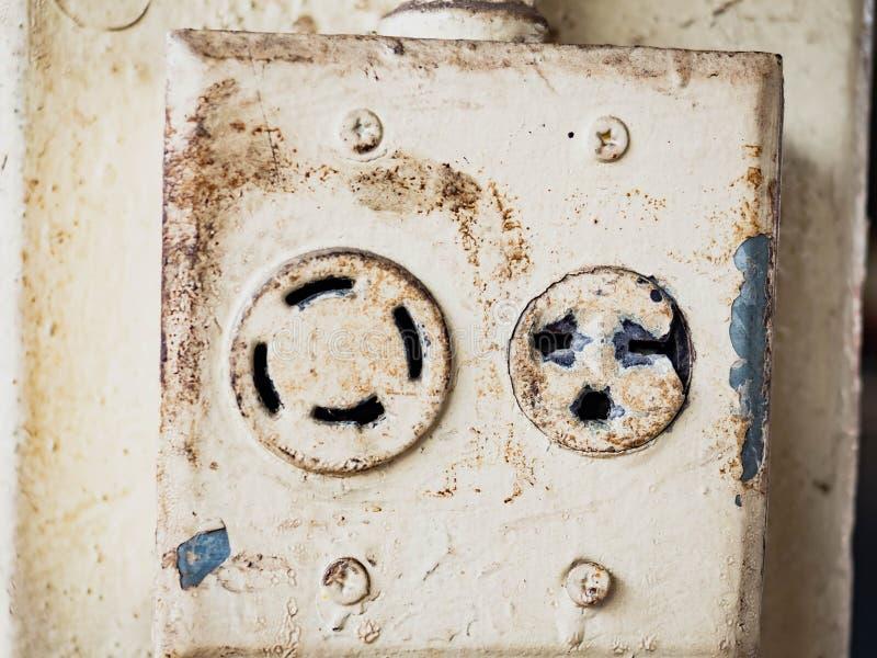 Weiße elektrische schließen den Sockel auf einer Wand an stockfoto