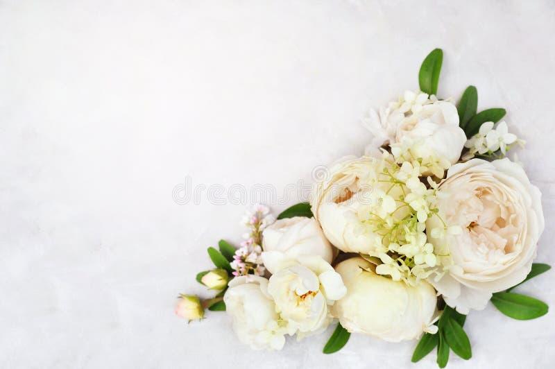 Weiße empfindliche Rosen auf blühender festlicher Karte des Blumenhintergrund-, Pastell- und weichenbrautblumenstraußes lizenzfreies stockfoto
