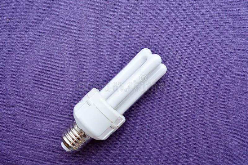Weiße energiesparende Leuchtstoff Glühlampe mit vier Rohren, mit einer silbernen Kappe lizenzfreies stockfoto