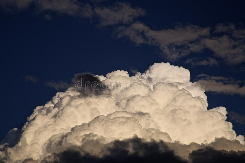 Weiße enorme Wolke Fluffly stockfoto