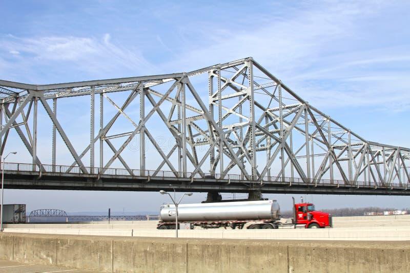 Weiße Fahrbahn-Fluss-Brücke lizenzfreie stockbilder