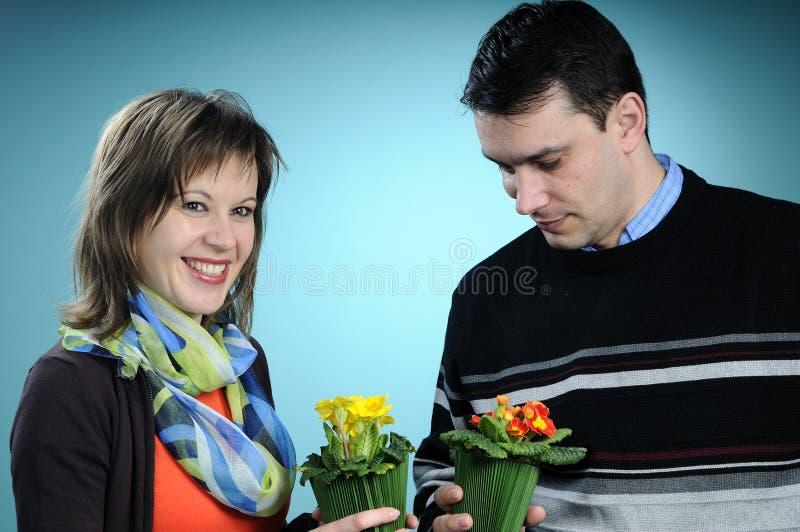 Weiße Familie, die Blumen wählt stockbild