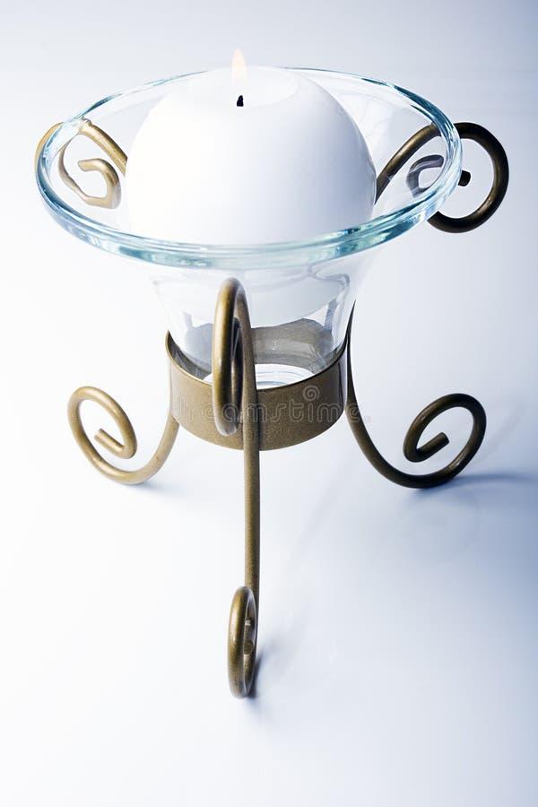 Weiße Farbenkugel formte Kerze in einer Metallhalterung lizenzfreies stockbild