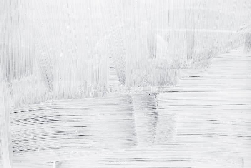 Weiße Farbenschicht auf Glaswand stockbild