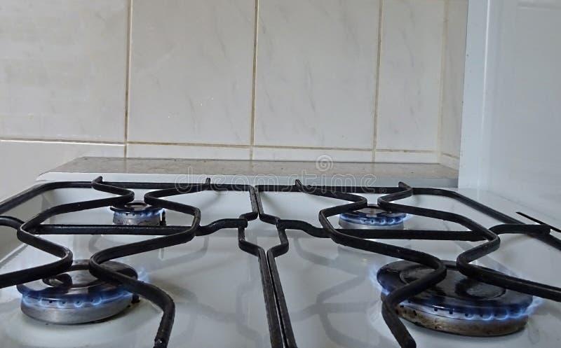 Weiße Farbstahlmetall-gasofen, der auf Syn-Gas Gasbrenner-großem kleinem des Erdgas-Propan-Butan-Brennstoff-vier kocht stockfotografie