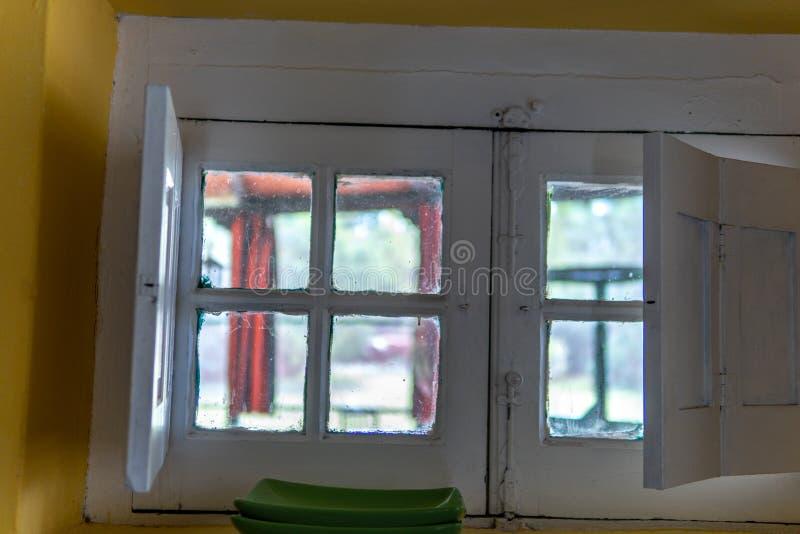 Weiße Fenster der Weinlese lizenzfreie stockbilder