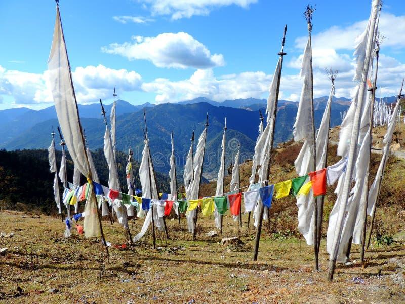 Weiße Flaggen gemäß Gewohnheiten der von Bhutan lizenzfreie stockfotos