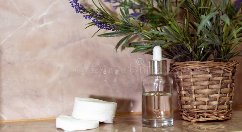 Weiße Flasche des kosmetischen Produktes Skincare-Schönheitsbehandlung, natürliches kosmetisches Make-up, organisches skincare Se lizenzfreies stockfoto