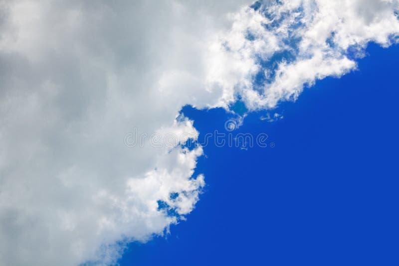 Weiße, flauschige Wolke auf blauem Himmelshintergrund, Cumulus Wolken hoch im Azurblau, sonniges Tageswetter, Ozonschicht lizenzfreie stockfotografie