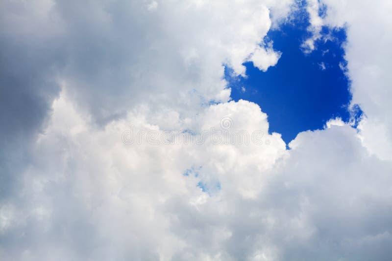 Weiße, flauschige Wolke auf blauem Himmelshintergrund, Kumuluswolken im Azurblau, sonniges Tageswetter, Luftozonschicht stockbilder
