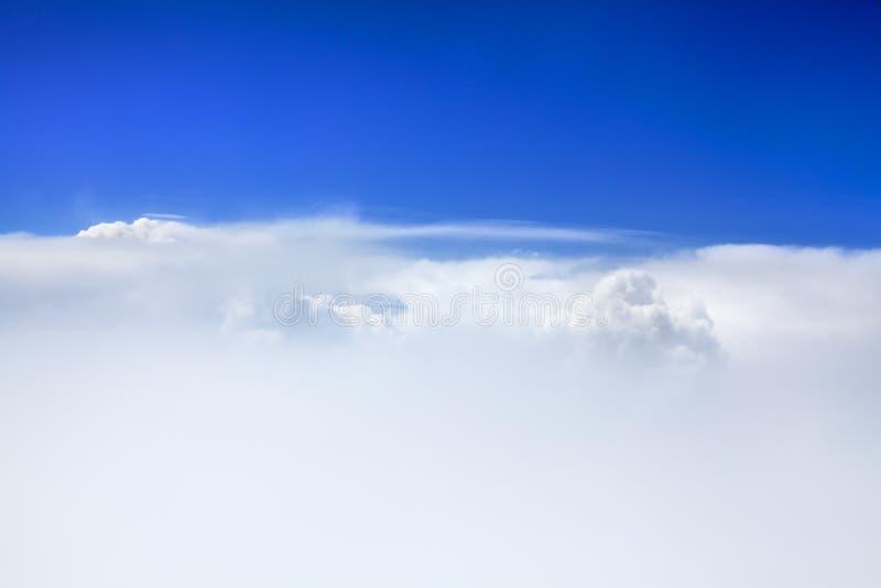 Weiße, flauschige Wolke auf blauem Himmelshintergrund, Kumuluswolken im Azurblau, sonniges Tageswetter, Ozonschichtkonzept lizenzfreie stockbilder