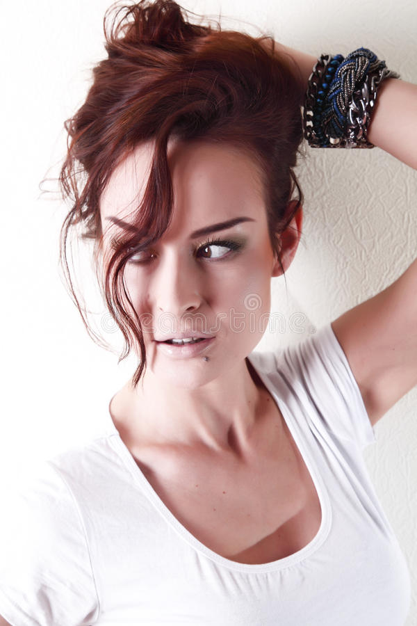 Weiße Frau, braunes besutiful Haar und Augen im weißen Hemd stockfoto