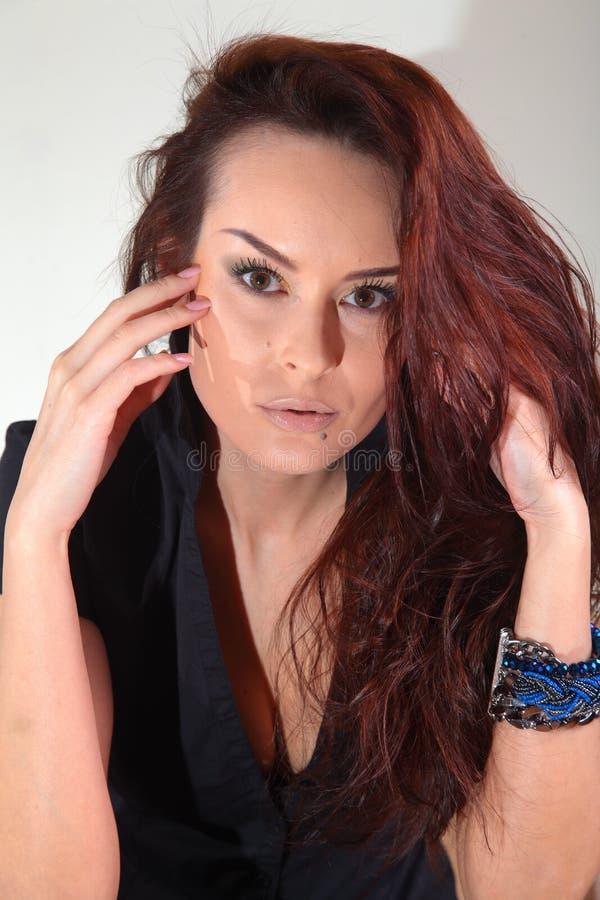Weiße Frau, braunes schönes langes Haar und Augen in der schwarzen Jacke stockbild