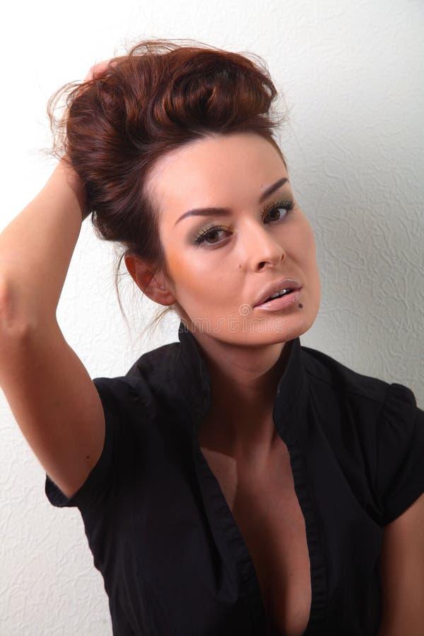 Weiße Frau, braunes schönes langes Haar und Augen in der schwarzen Weste stockfotos