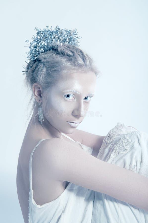 Weiße Frau, die allein im Reinraum aufwirft lizenzfreie stockfotos