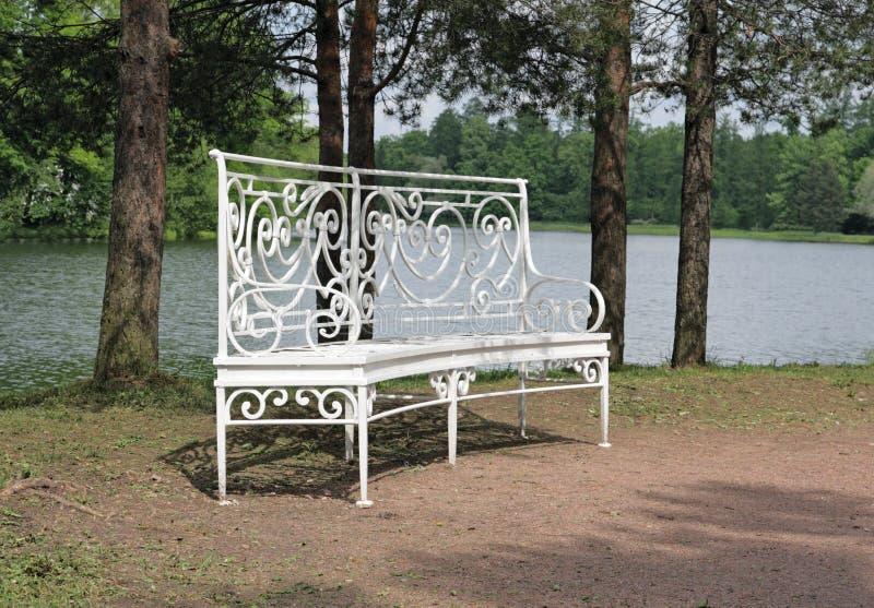 Weiße Gartenbank stockfoto. Bild von blatt, horizontal - 10638964