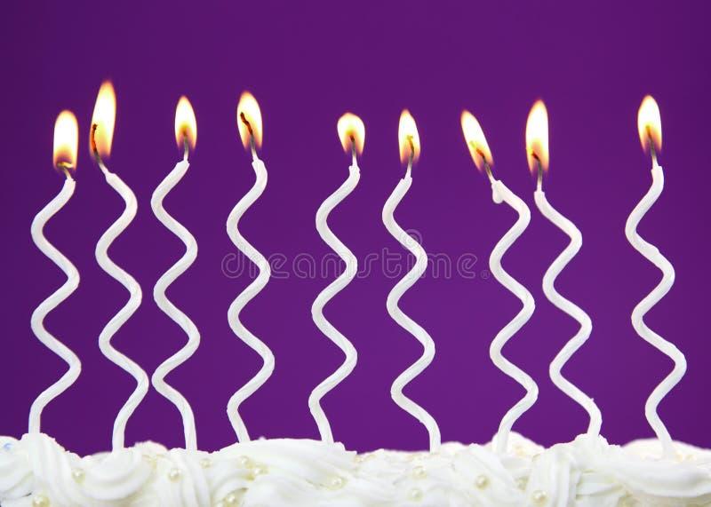 Weiße Geburtstagkerzen stockfoto