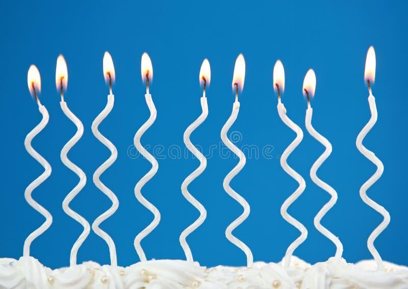 Weiße Geburtstagkerzen lizenzfreie stockbilder