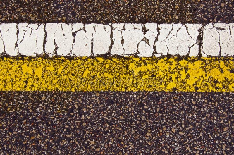 Weiße gelbe Zeile des Asphaltstraße-Markierungsmakrohintergrundes lizenzfreie stockbilder