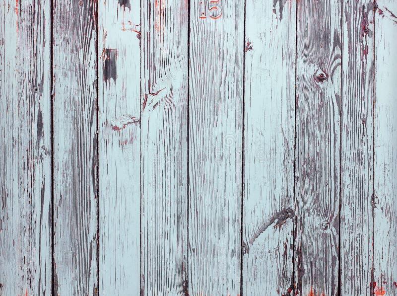 Weiße gemalte Plankentür mit Nr. fünfzehn auf ihr Horizontale Schmutzbeschaffenheit stockfotos