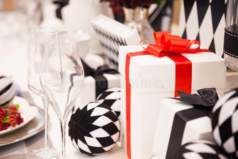 Weiße Geschenkbox gebunden mit elegantem rotem Band und schön verziert stockfotografie