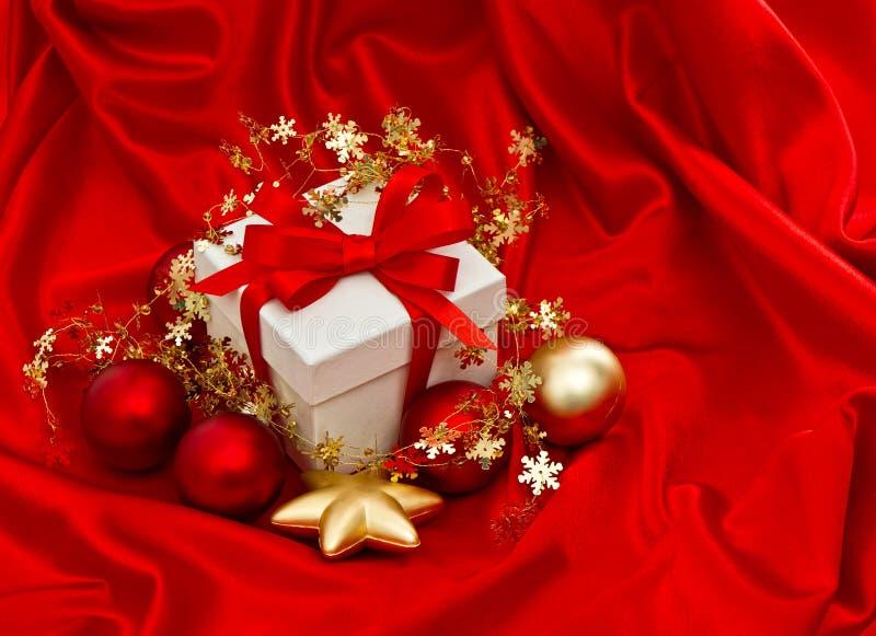 Weiße Geschenkbox mit Weihnachtsdekoration Rote Goldflittersterne lizenzfreie stockbilder