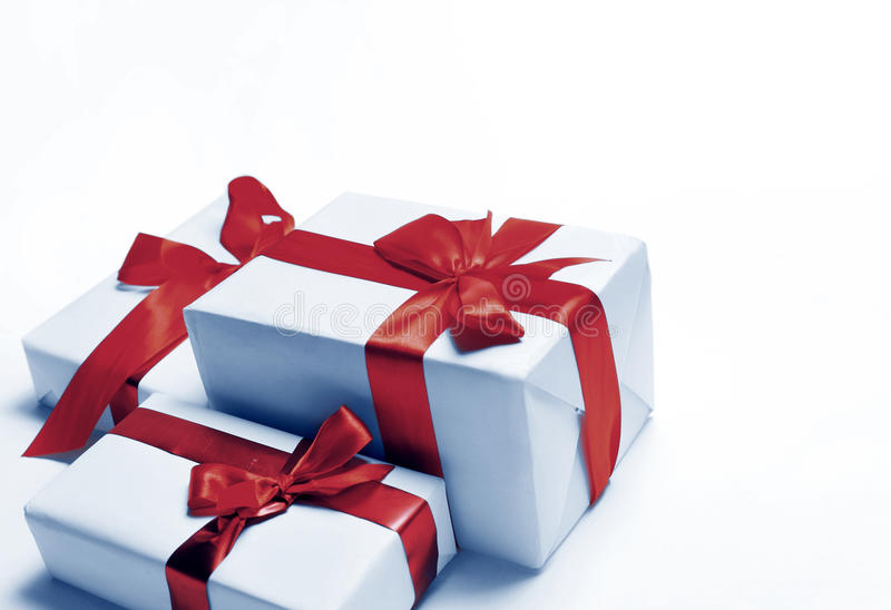 Weiße Geschenke mit rotem Bandbogen lizenzfreies stockbild