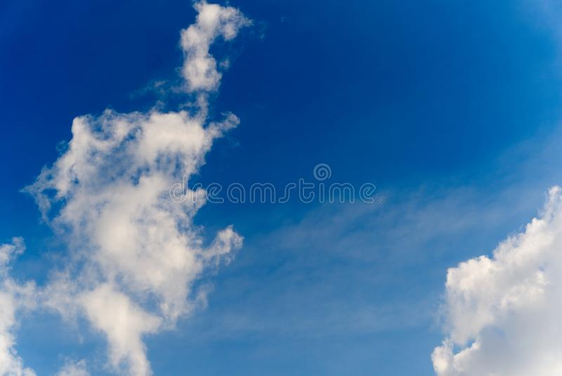 Weiße geschwollene Wolken im blauen weißen Himmel stockbilder