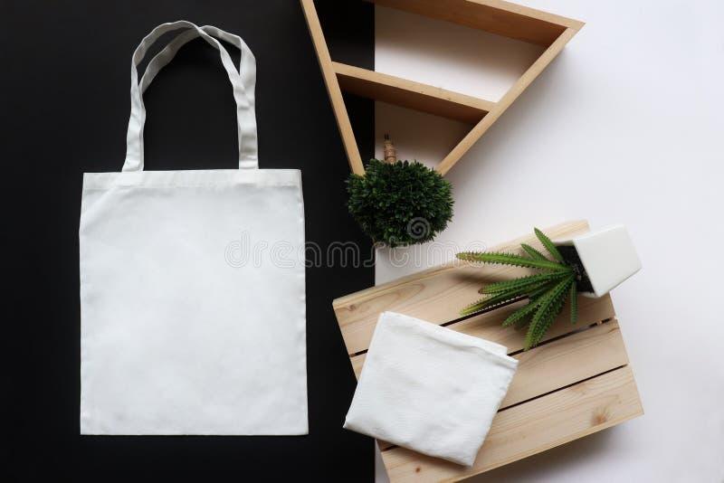Weiße Gewebeeinkaufstasche stockfotos