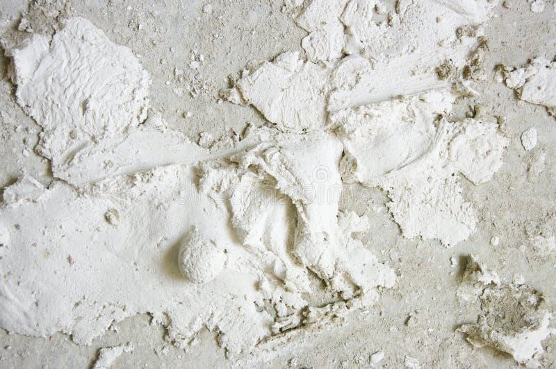 Weiße Gips auf grauem Beton stockbilder