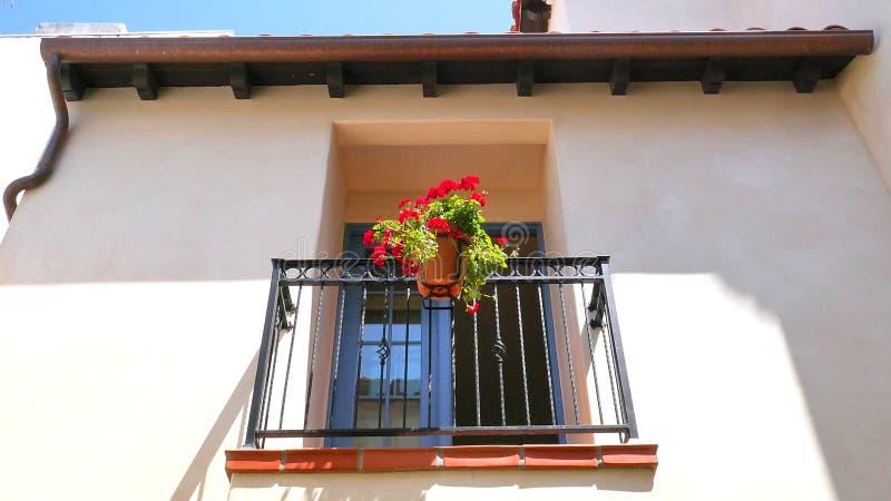 Weiße Gips-Fassade Mit Fenster-Balkon Und Rote Blumen Im Topf ...