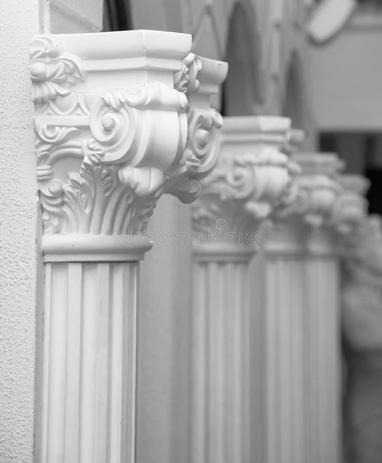 Weiße Gipsskulptur einer Reihe der aufwändigen Spalten auf einer Maurerwand lizenzfreies stockfoto