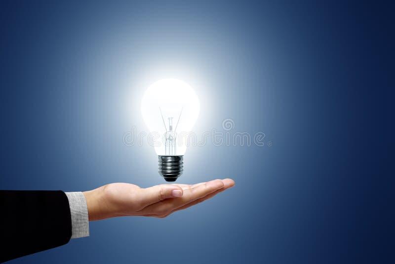 Weiße Glühlampe in der Hand. stockbilder