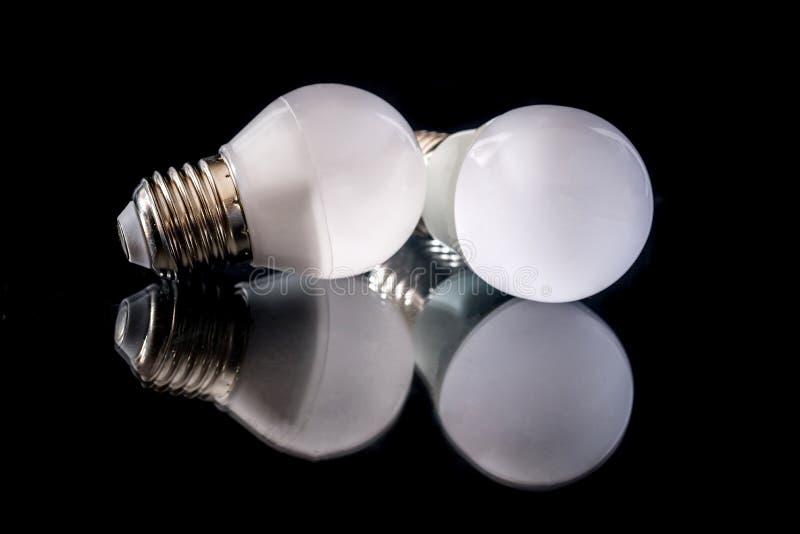 weiße Glühlampe LED lokalisiert auf schwarzem Hintergrund lizenzfreies stockbild