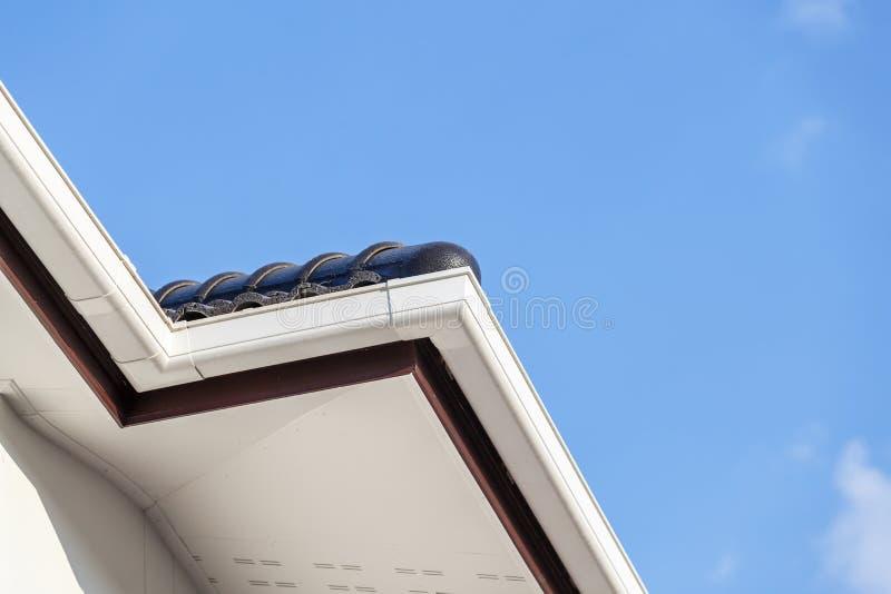 Weiße Gosse auf die Dachoberseite des Hauses lizenzfreies stockfoto