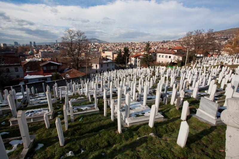 Weiße Gräber des Kirchhofs auf dem Hügel über Stadt Sarajevo stockfotos
