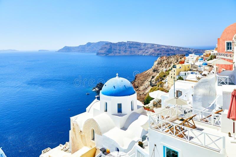 Weiße Häuser mit blauen Dächern auf Santorini stockfotos