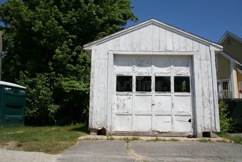 Weiße hölzerne Garage stockbild