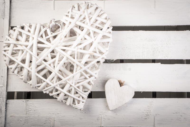 Weiße hölzerne Herzen auf einem weißen hölzernen Kasten backround lizenzfreies stockfoto