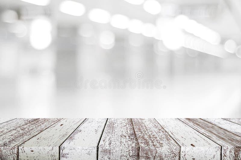 Weiße hölzerne Tabelle der leeren Weinlese über Unschärfespeicherhintergrund, persp stockbilder