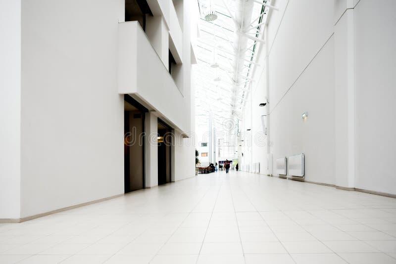 Weiße Halle der Büromitte lizenzfreie stockbilder