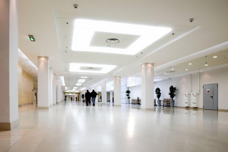 Weiße Halle der Büromitte stockbilder