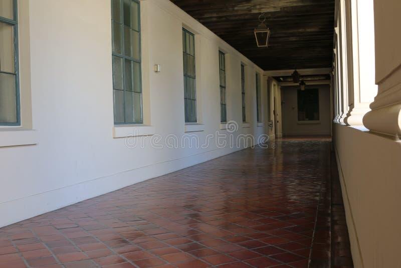 Weiße Halle mit hängenden Lichtern lizenzfreies stockfoto