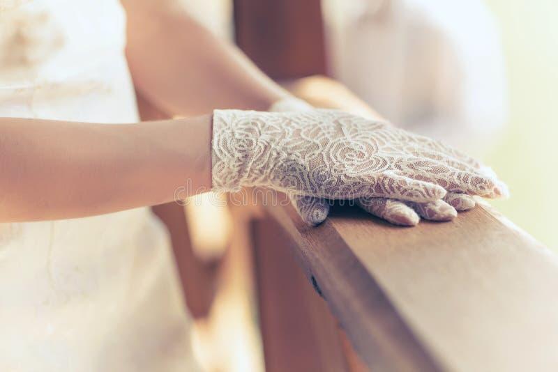 Weiße Handschuhbraut lizenzfreie stockfotos