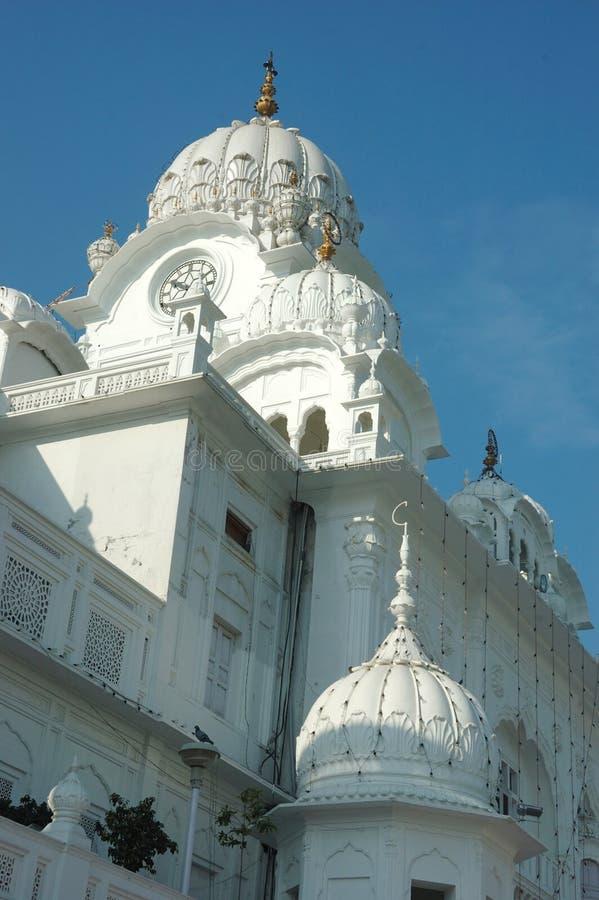 Weiße Hauben des berühmten Marksteins - goldener Tempel, Amritsar lizenzfreies stockbild