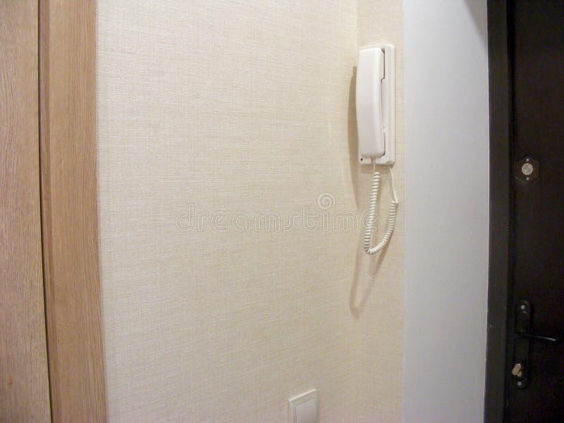 Weiße Hauptwechselsprechanlage auf einer Wand lizenzfreie stockfotografie