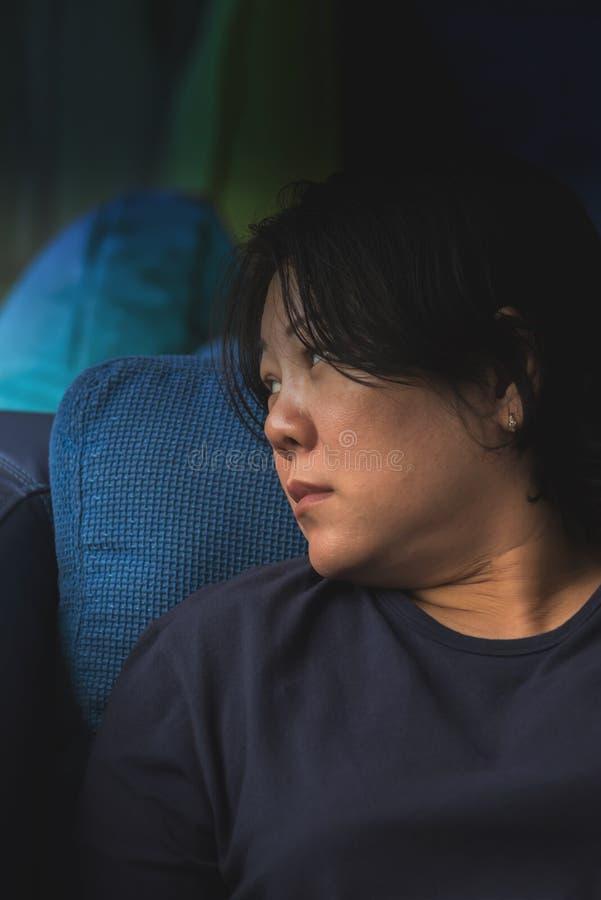 Weiße Haut Asien-Frauen 40s, die auf Sofa denkt lizenzfreie stockfotografie