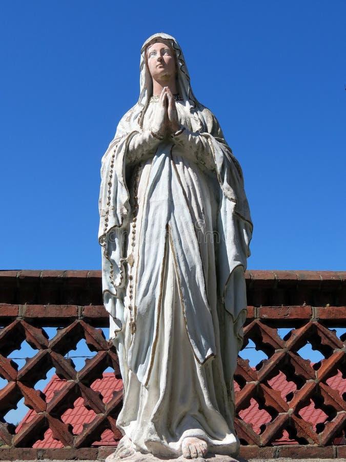 Weiße heilige Mary-Skulptur, Litauen lizenzfreies stockfoto